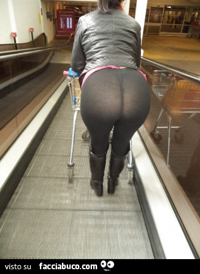 Al centro comerciale in minigonna e autoreggenti nere - 1 part 9